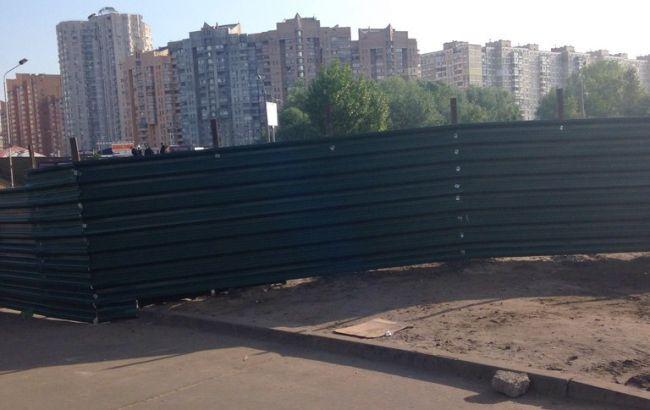 Фото (РБК-Украина): вокруг застройки на Осокорках появился забор