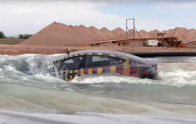 Tesla Model S испытали в режиме субмарины: машина не захотела тонуть