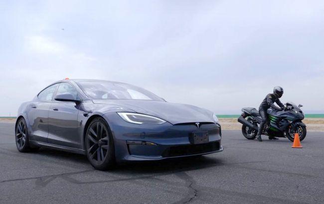 Двое на одного: 1000-сильная Tesla Model S сразилась с двумя самыми быстрыми супербайками мира