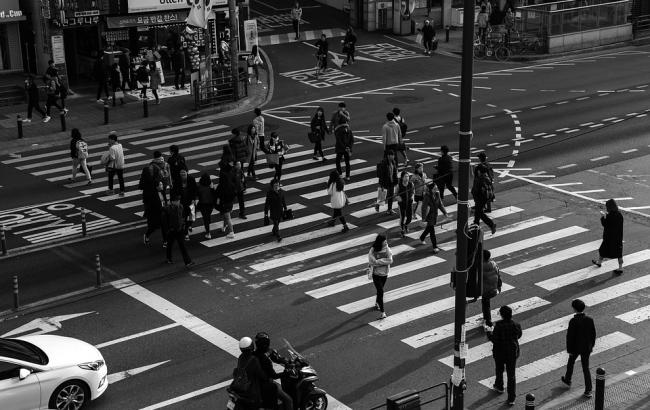 Фото: Дівчина ходила посеред дороги (pixabay.com/8minwoo)