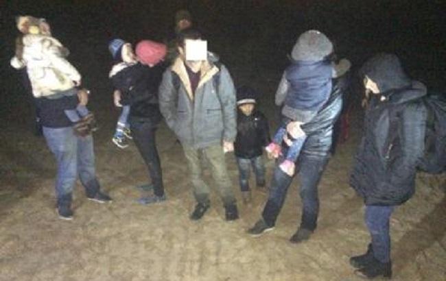 Фото: задержанные на границе нелегалы