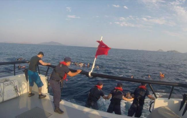 У берегов Турции затонуло судно с нелегалами
