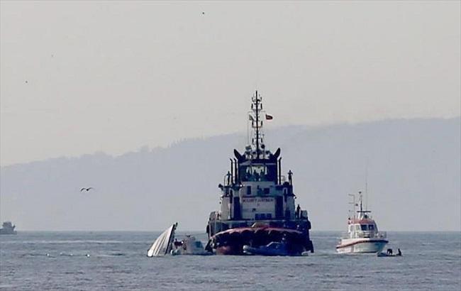 Фото: у Босфорі зіткнулися катер і суховантаж