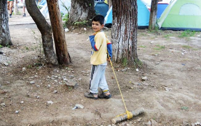 """Фото: у Греції діти-біженці проживають в """"нелюдських"""" умовах"""