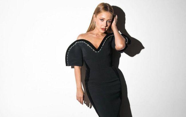 Шикарна до неможливості: Тіна Кароль демонструє відверте декольте в чорній дизайнерскій сукні