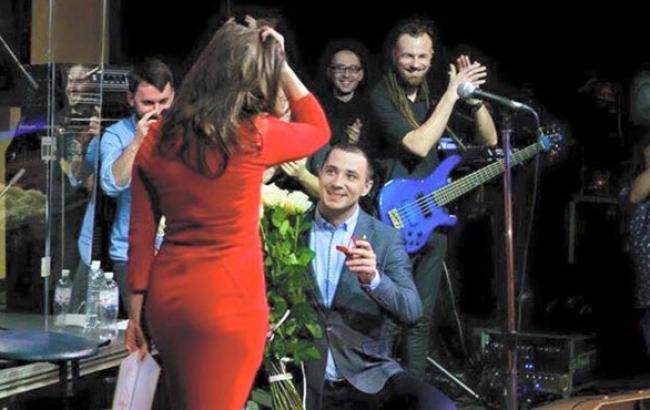 Фото: Евгений Терехов делает предложение будущей жене (kp.ua)