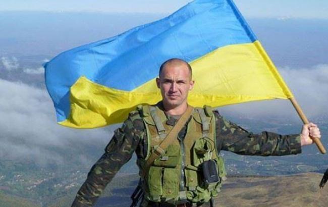 Фото: Украинский военный c национальным флагом (facebook.com)