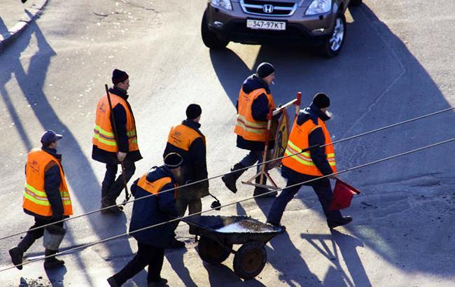 """""""Полные идиоты"""": под Киевом рабочие кладут асфальт прямо в грязь"""