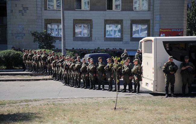 Фото: будівля суду оточена підрозділами Національної гвардії і поліції