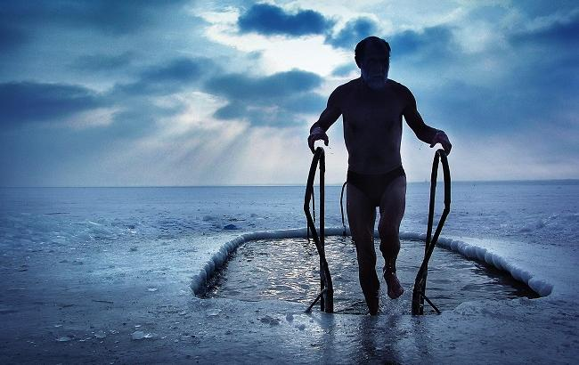 Правила купания в проруби на Крещение: советы и рекомендации