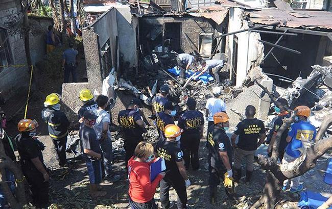 На Филиппинах самолет упал на жилой дом, погибли 10 человек