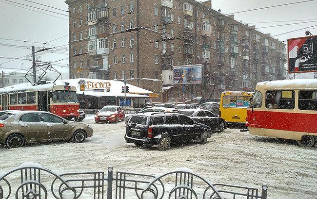 https://www.rbc.ua/static/img/t/r/transport_sneg_probki_650x410.jpg