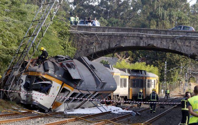 Фото: в Испании поезд сошел с рельсов