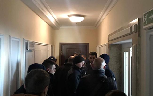 Представители Нацагентства по управлению активами пришли в квартиру Клименко