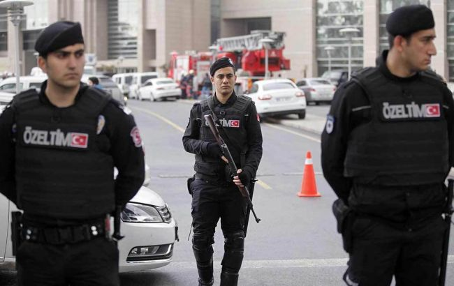 Фото: около тысячи турецких полицейских проводят рейды в компаниях