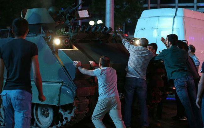 Фото: у Туреччині тривають затримання причетних до перевороту