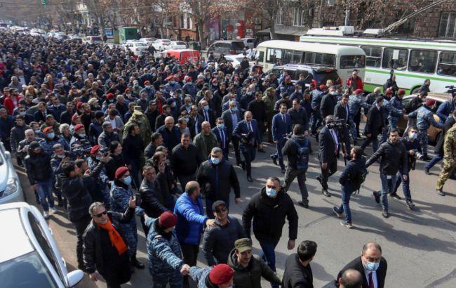 В Ереване продолжается протест. Люди окружили здание парламента, начались потасовки