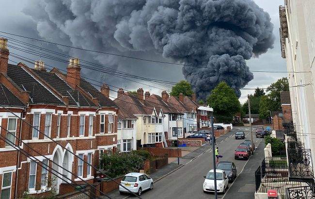 В Англії масштабна пожежа охопила промзону: лунають вибухи