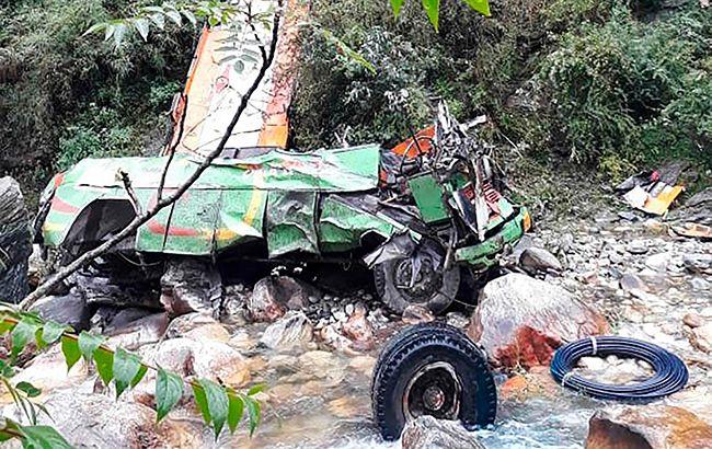 В Індії автобус упав в ущелину, загинуло понад 40 людей