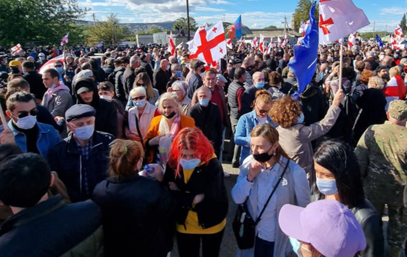 Протест сторонников Саакашвили у руставской тюрьмы перерос в столкновения. Есть задержанные