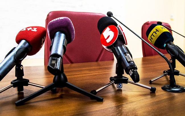 Фото: мікрофони украинских телеканалів (twitter.com/kmda_official)
