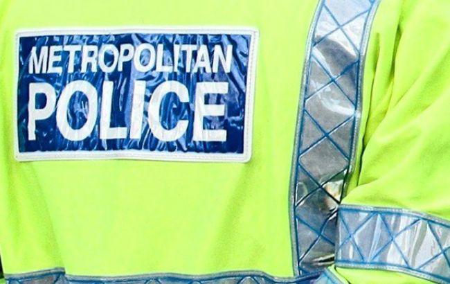 В Британии группа из 20 человек напала с ножом на прохожего
