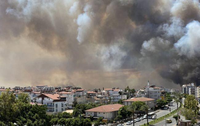 В Анталии вспыхнули лесные пожары: огонь распространился в сторону населенных пунктов, людей эвакуируют
