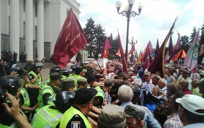 На мітингу ветеранів та шахтарів під Радою почалися сутички