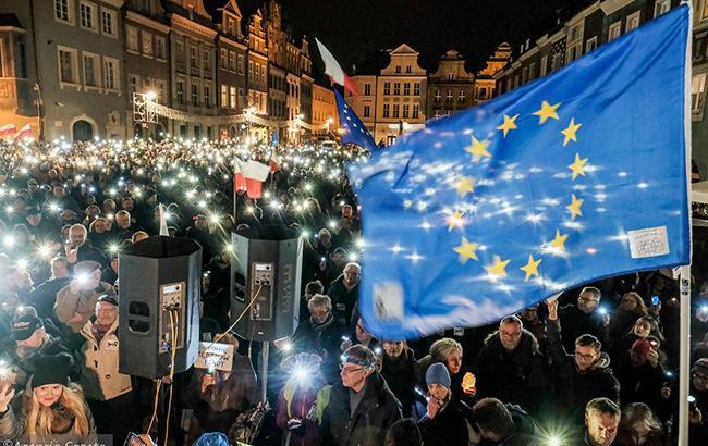 Фото: протест против судебной реформы в Варшаве (twitter Michalpiotrjace)