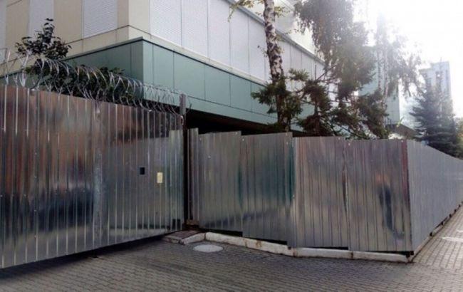 """Фото: паркан біля """"Інтера"""" (джерело фото - m.kievvlast.com.ua)"""