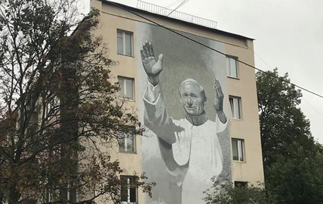 В центре Киева все же открыли мурал с изображением Папы Римского Иоанна Павла II