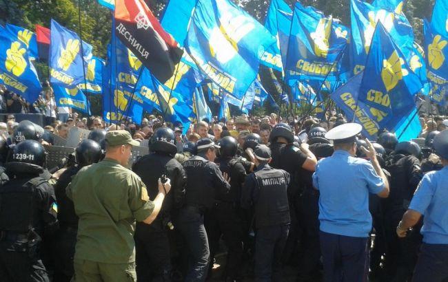 Фото: столкновения активистов и силовиков под Радой