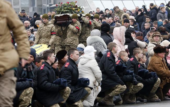 Фото: Украинцы прощаются с военными (УНИАН)