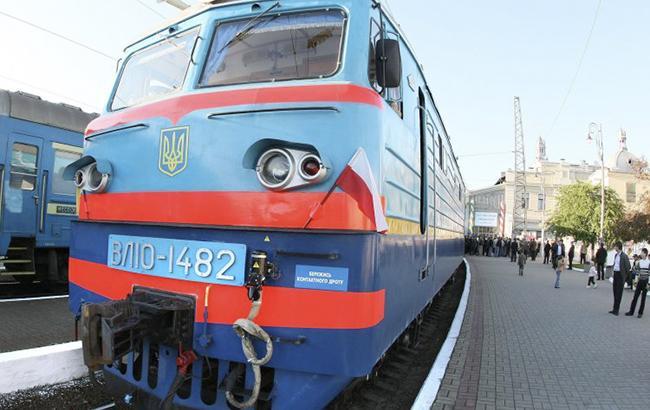 Не Photoshop: під Дніпром люди чекають поїзда в ямі, що утворилася після обвалу платформи (фото)