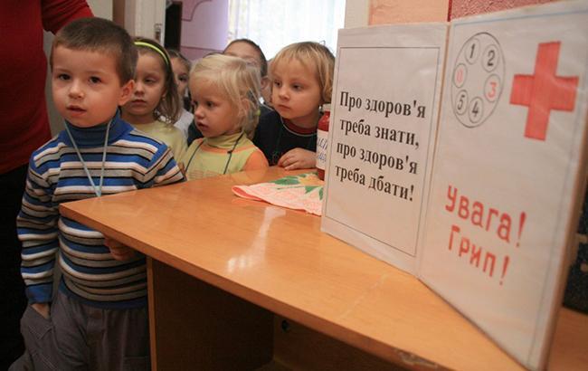 Фото: Маски носят и в детсадах (Униан)