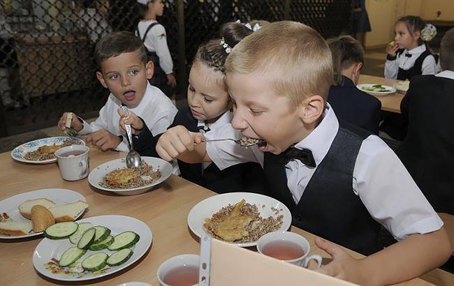 Фото: Дети едят в школьной столовой (Униан)
