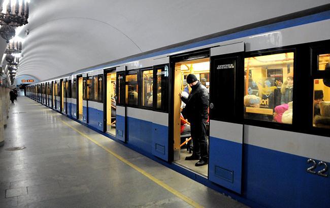 В Киеве полчаса стояли поезда метро между