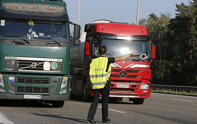 "Водитель грузовика ""прокатал"" на капоте инспектора Укртрансбезопасности"