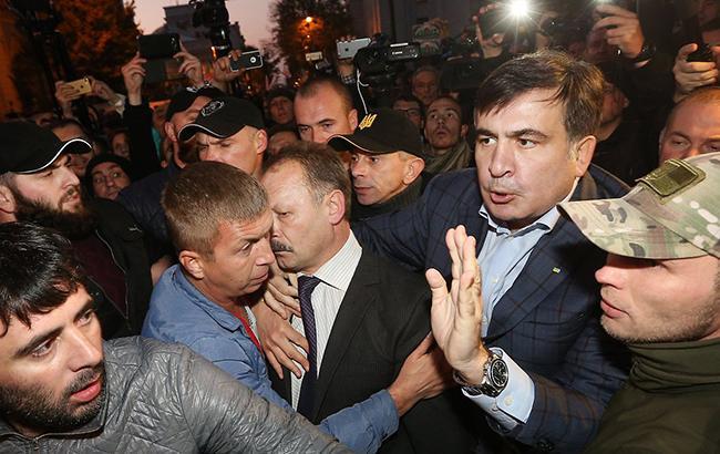 Михаилу Саакашвили очень трудно делать вид, что он всего лишь один среди равных друг другу митингующих (фото - УНИАН)