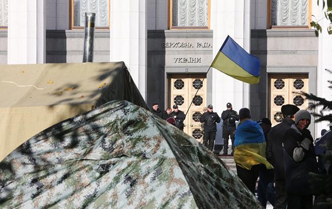 Фото: палатки, установленные участниками митинга возле Верховной Рады (УНИАН)