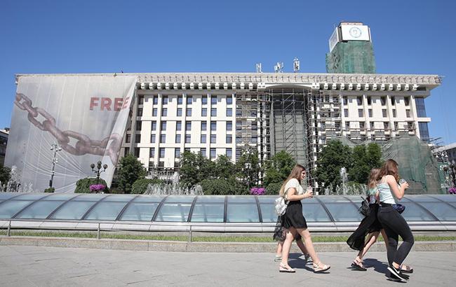 У Києві зняли банер з фасаду Будинку профспілок