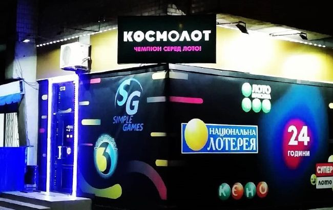 Перевернули столы и побили посетителя: в Киеве разгромили лотерею (фото)
