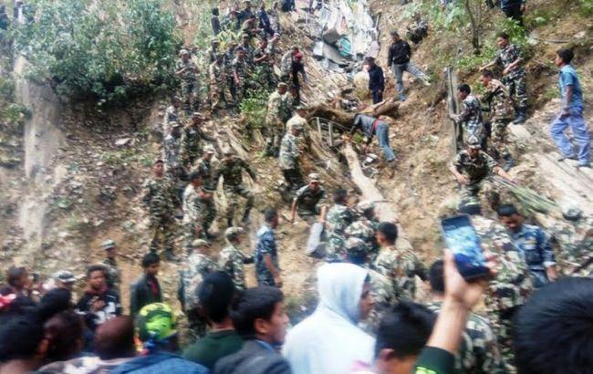 У Непалі автобус зірвався з гірської дороги, десятки загиблих