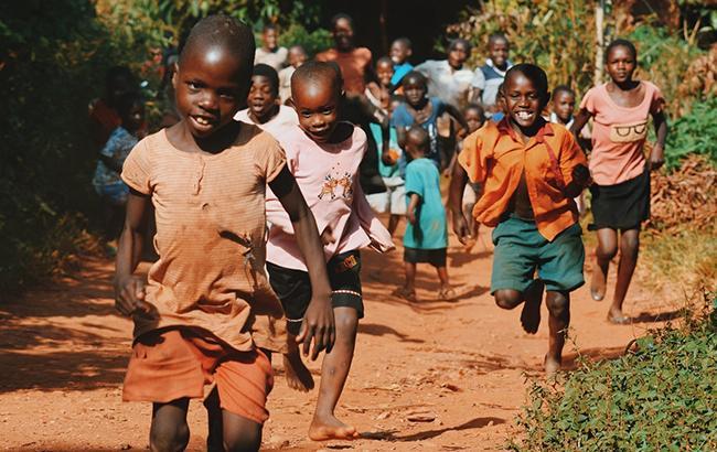 Фото: дети (unsplash.com/Seth Doyle)