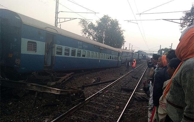 Фото: поезд сошел с рельсов (Twitter / Prashant Kumar)