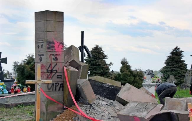Фото: у Польщі зруйнували пам'ятник воїнам УПА (РБК-Україна)