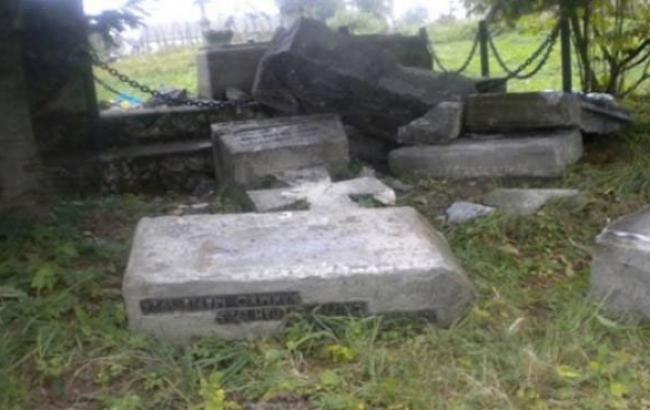 Фото: Зруйнований пам'ятник воїнам УПА в селі Верхрата (facebook.com)