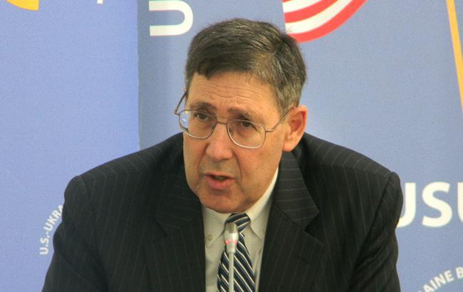 """Екс-посол США заявив про """"реальний шанс"""" поставок летальної зброї до України"""