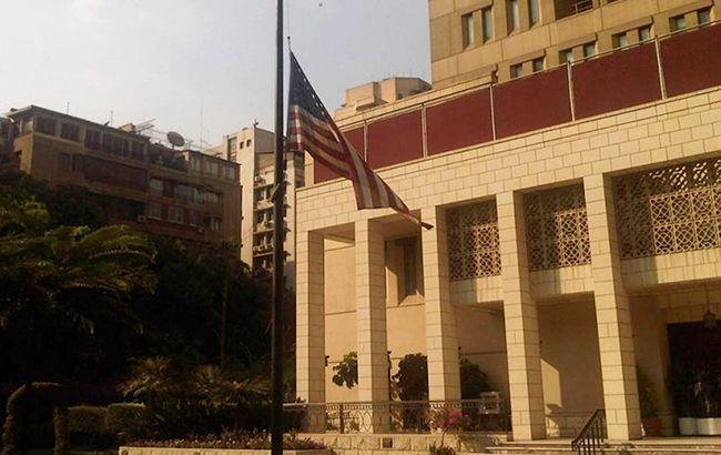 У Каїрі чоловік кинув вибуховий пристрій у посольство США