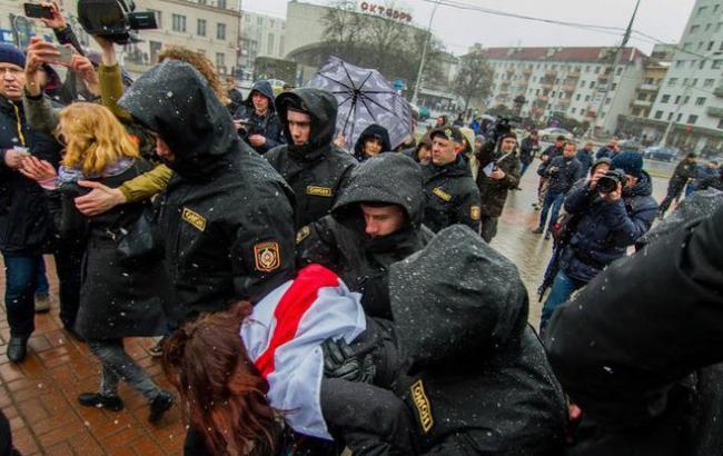 Білорусь депортує двох затриманих на акціях протесту українців